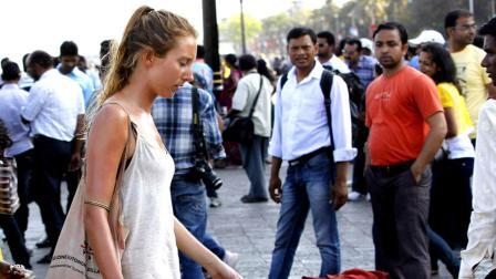 10KeyThings-Indians-looking-at-Foreigner What foreigners think about India(ns)