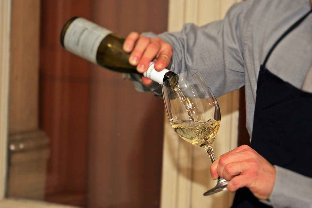 10KeyThings-Pouring-wine Know your wine better