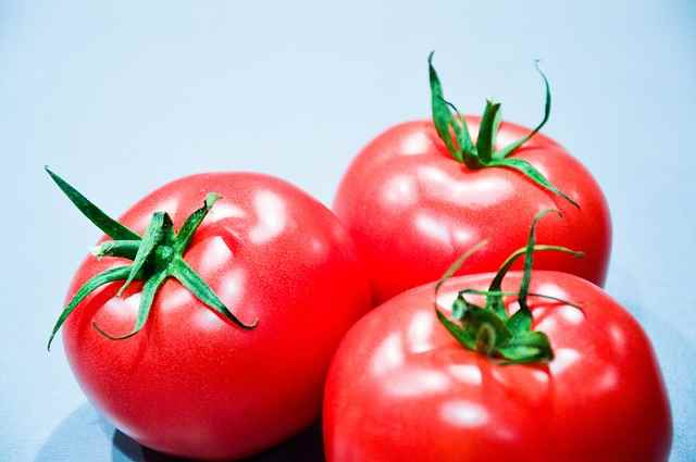 10KeyThings-Tomatoes Get rid of that Stickiness! 10 Oily Skin care tips